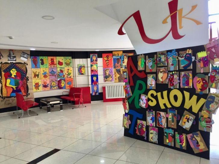 Art Show Resim Sergisi Okul Lobisinde